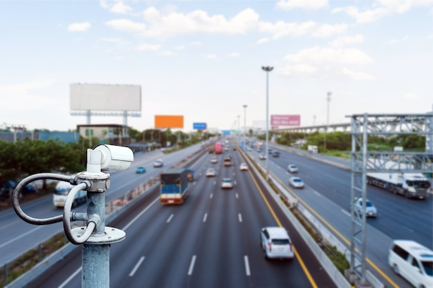 Câmeras de cftv no viaduto para registro de infrações de segurança e trânsito na estrada.
