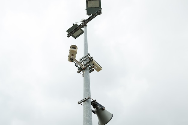 Câmeras de segurança cctv e alto-falante montado no post para vigilância de rua.