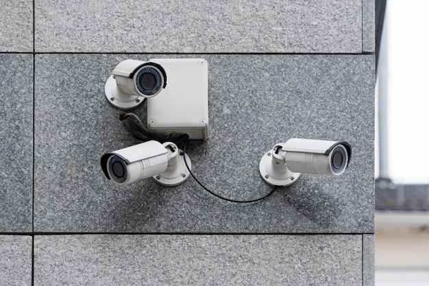 Câmeras de segurança em prédio moderno
