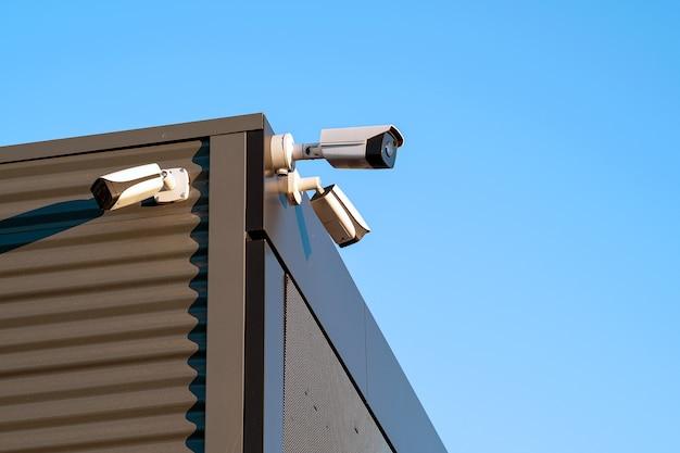 Câmeras de vigilância construindo o close up da fachada. circuito eletronico. o conceito de segurança.