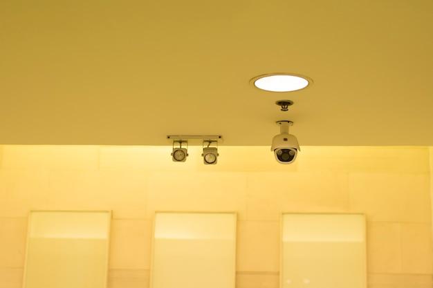 Câmeras de vigilância montadas na parede