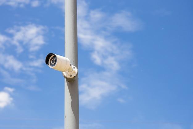 Câmeras do dia da segurança & do ip da noite para a segurança com fundo do céu azul.