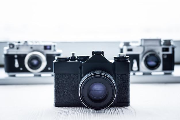 Câmeras retrô no fundo branco
