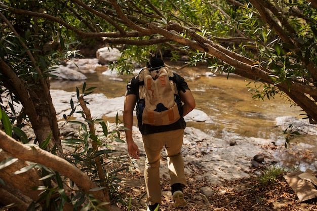 Caminhada ao lado do rio