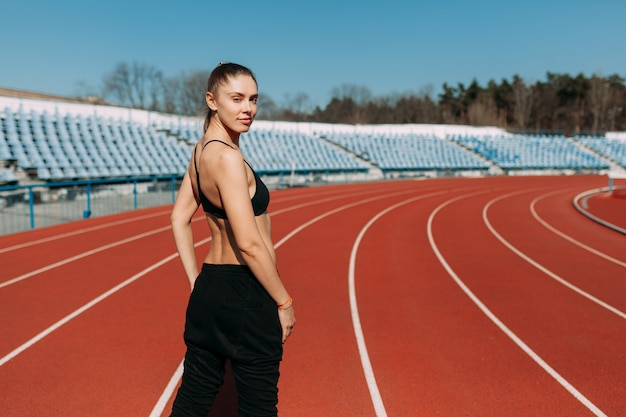 Caminhada, corrida, pés e pernas, mulheres jovens na pista de corrida.