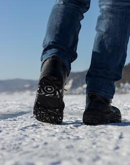 Caminhada de inverno. andando. pernas dos homens. estilo de vida.