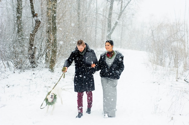 Caminhada de inverno em uma tempestade de neve com um cachorro