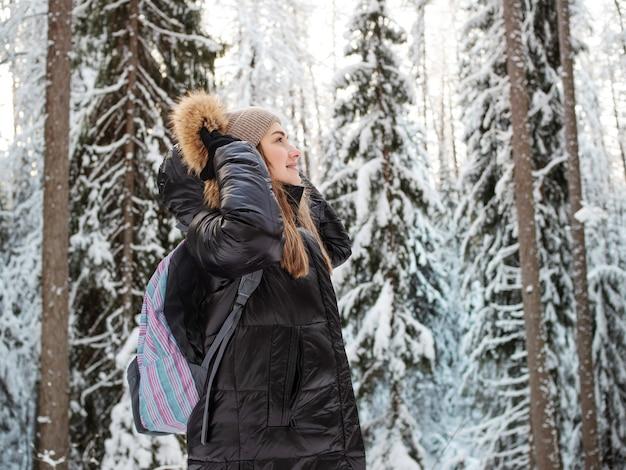 Caminhada de inverno pela floresta coberta de neve linda floresta de pinheiros