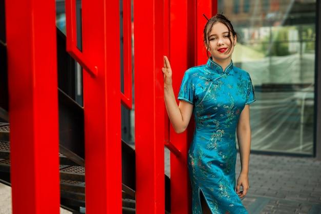 Caminhada de uma bela jovem em traje nacional