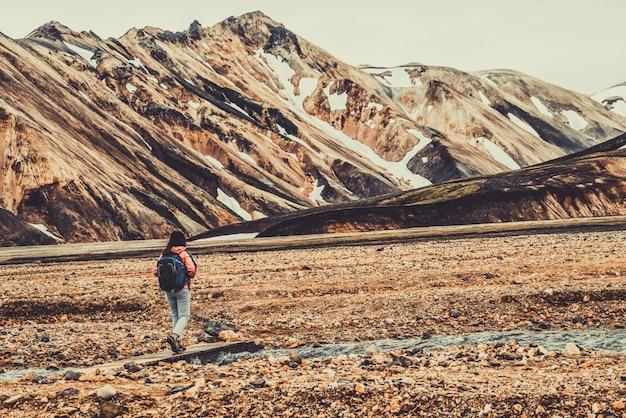 Caminhada de viajante em landmannalaugar iceland highland