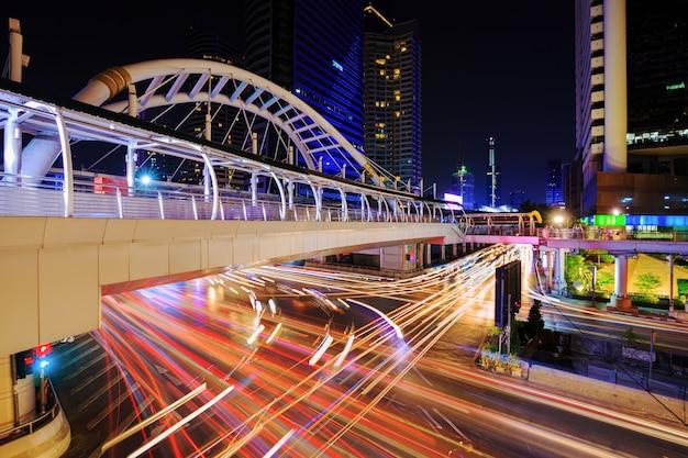 Caminhada do céu público e tráfego na estação de trem de céu de chong nonsi