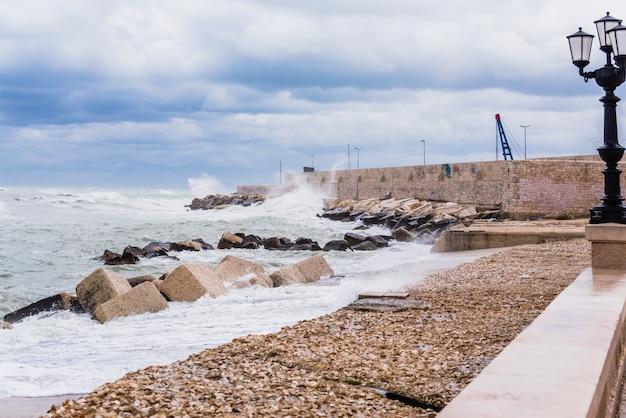 Caminhada marítima atingida pelas ondas de uma tempestade marinha e pelo vento forte.