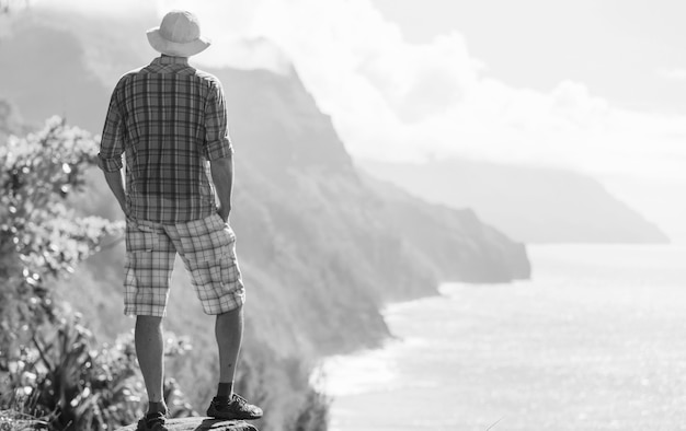 Caminhada na costa de na pali, na islândia de kauai, havaí