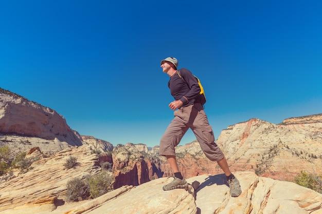 Caminhada no parque nacional de zion, homem caminhando no parque nacional de zion, utah