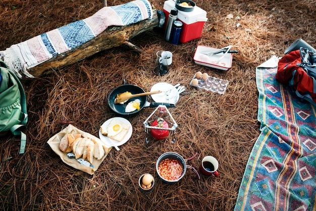 Caminhadas acampar comida ao ar livreconceito