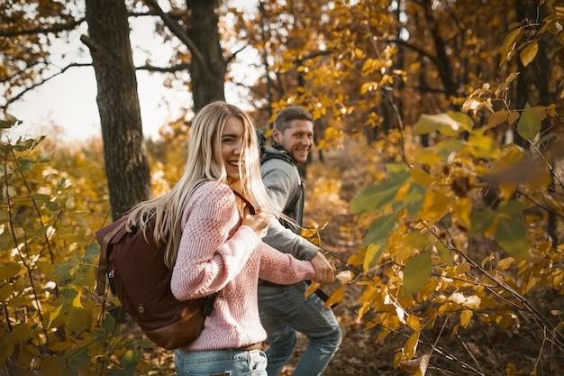 Caminhadas de turistas com mochila na floresta ao ar livre