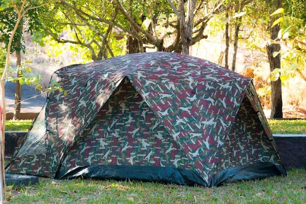 Caminhadas e ícones de vetor de barraca de acampamento. coleção de tendas de design em camuflagem