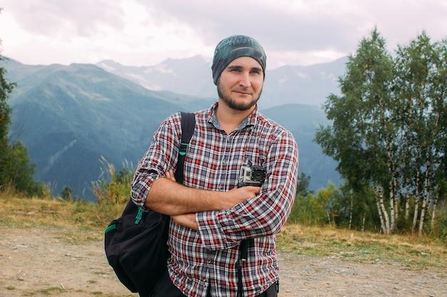 Caminhadas homem parado nas montanhas