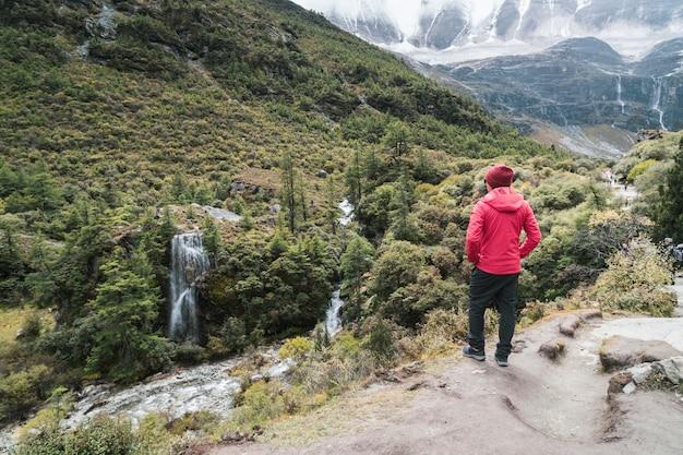 Caminhadas jovem viajante procurando paisagem bonita, conceito de estilo de vida de viagens