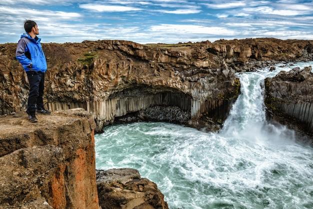Caminhadas na cachoeira aldeyjarfoss na islândia.