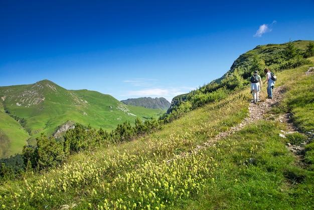Caminhadas nas montanhas em um dia de verão