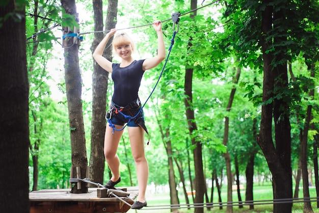 Caminhadas no parque corda mulher bonita esportes.