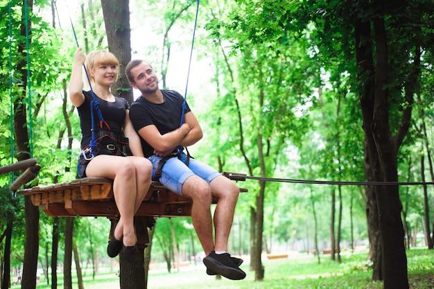 Caminhadas no parque de corda dois jovens