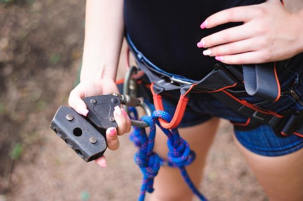 Caminhadas no parque de corda menina bonita de esportes