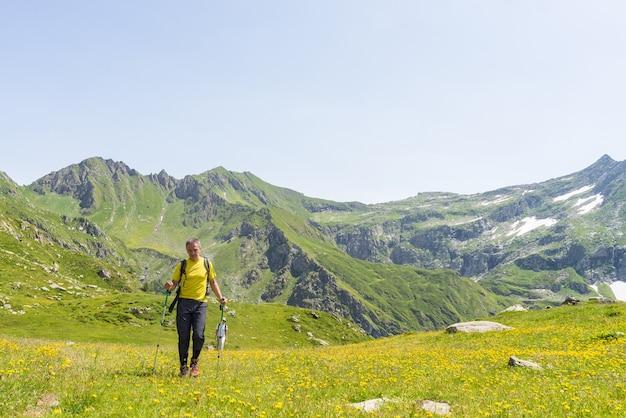Caminhadas nos alpes em ambiente idílico