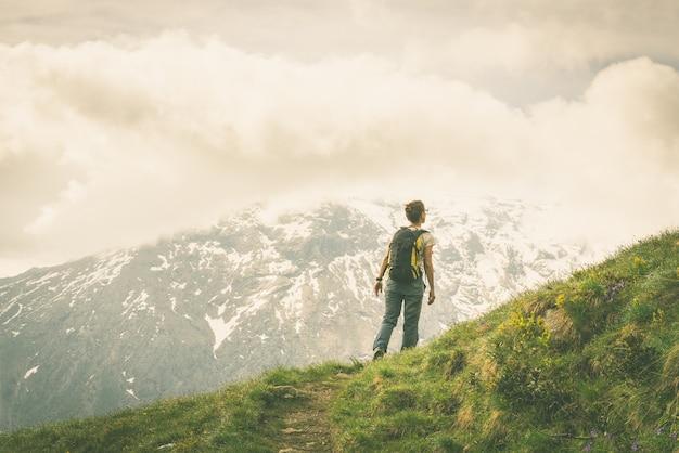 Caminhadas nos alpes na trilha panorâmica, imagem enfraquecida