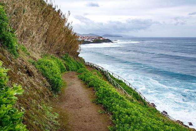 Caminhando ao longo da costa do oceano