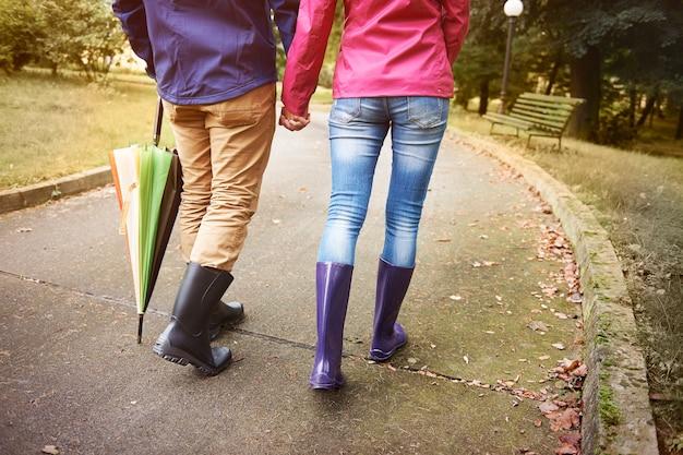 Caminhando em dia chuvoso com pessoa especial