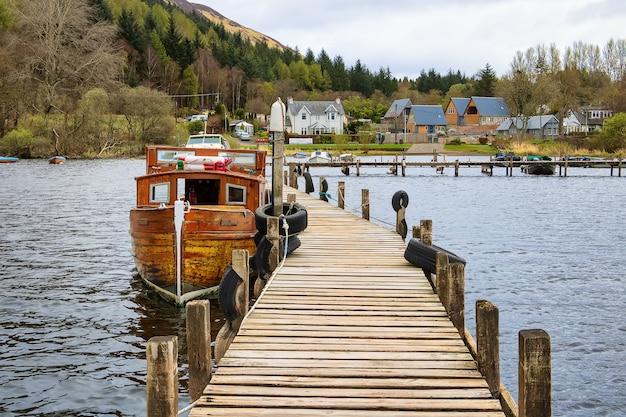 Caminhando em um barco de madeira na doca loch lomond escócia