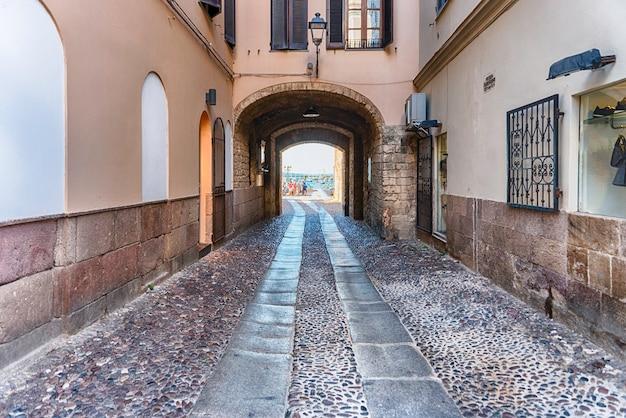 Caminhando nas pitorescas ruas de paralelepípedos de alghero, famoso centro e resort de férias no noroeste da sardenha, itália