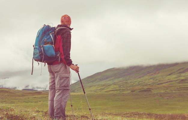Caminhando o homem nas montanhas canadenses. caminhada é a atividade recreativa popular na américa do norte. existem muitas trilhas pitorescas.