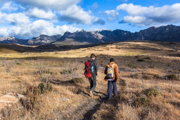 Caminhante com guia no parque nacional. andringitra madagascar