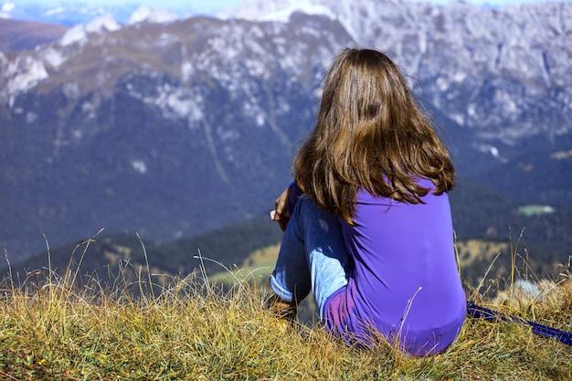 Caminhante de garotas descansando e olhando para o tre cime di lavaredo. dolomitas, itália.