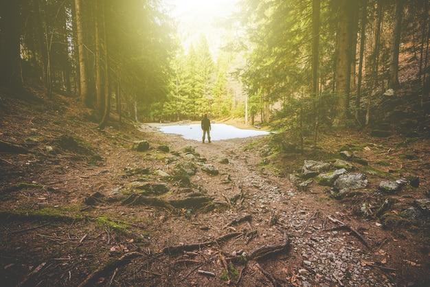 Caminhante do homem que pensa na floresta - hora de desconectar o conceito