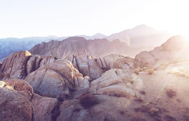 Caminhante em formações rochosas incomuns nas colinas do alabama, califórnia, eua