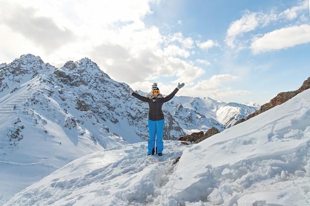 Caminhante feliz, conquistando o sucesso do objetivo da vida, liberdade e felicidade, conquista nas montanhas
