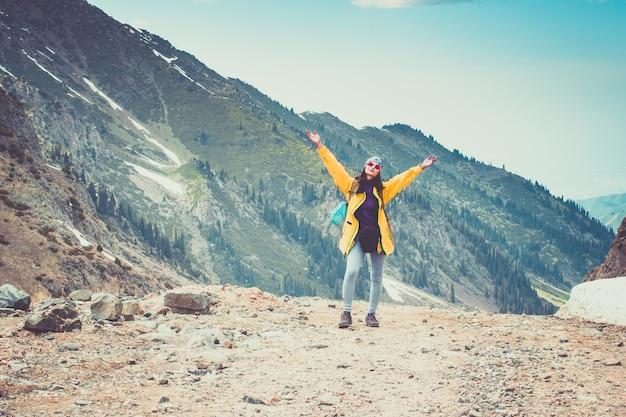 Caminhante feliz, vencendo, alcançando o objetivo da vida, sucesso, liberdade, conquista, nas montanhas
