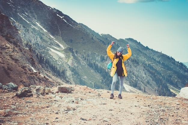 Caminhante feliz vencendo e alcançando a meta de vida na viagem pela montanha tian shan