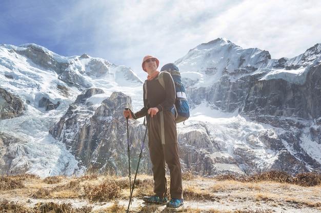 Caminhante na montanha do himalaia. nepal