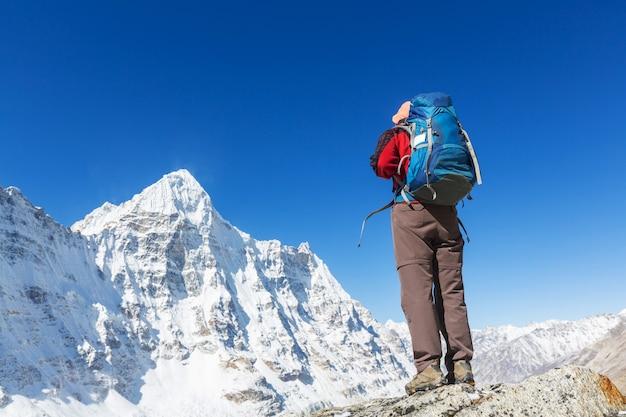 Caminhante na montanha do himalaia. nepal Foto Premium