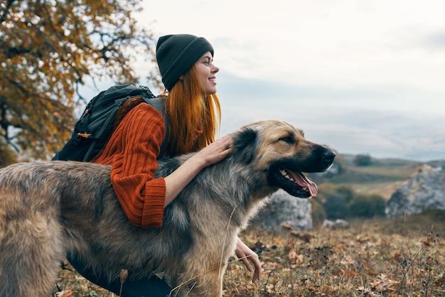Caminhante na natureza com paisagem de viagem de cachorro