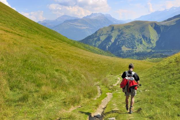 Caminhante na paisagem de montanha