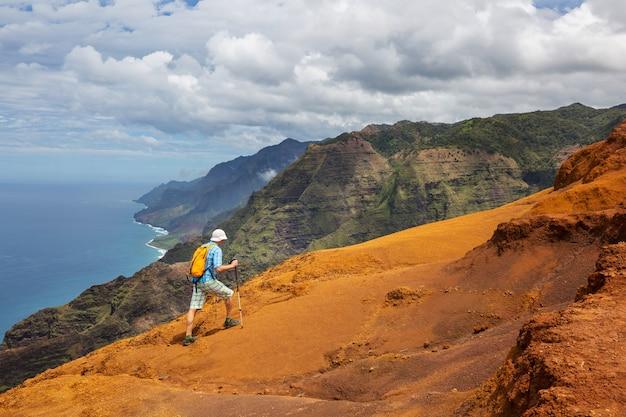 Caminhante na trilha no havaí, eua