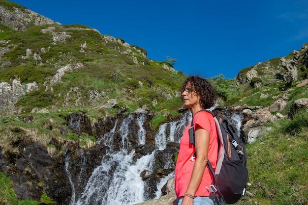 Caminhante perto de uma cachoeira selvagem