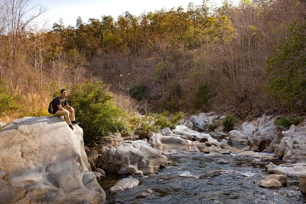 Caminhante, sentando, grande, rocha
