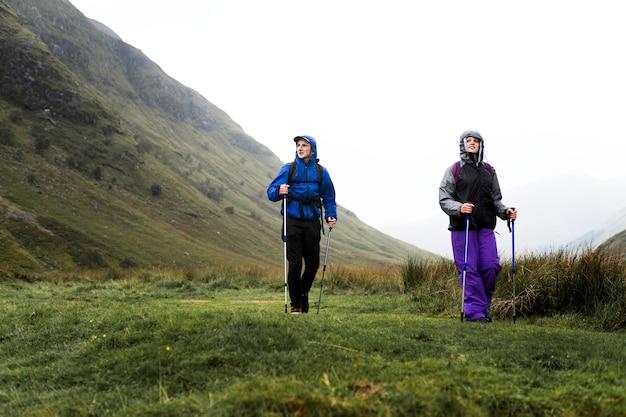 Caminhantes andando com excursionismo